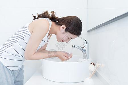 年轻美女早起洗脸图片