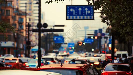 车水马龙的城市图片