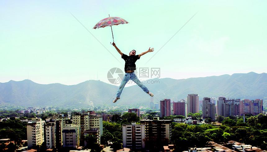 城市上空跳跃的人图片