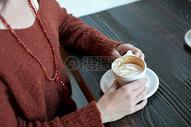 女人手上的咖啡图片