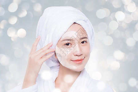 涂护肤品的女性图片
