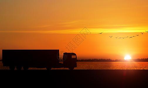 夕阳下交通运输货车剪影图片