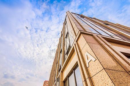 城市建筑与飞机图片