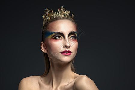 头戴皇冠的彩妆美女图片