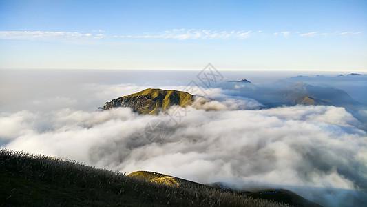 云雾中的大山图片