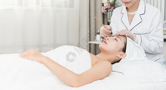 美容师给年轻美女纹眉图片