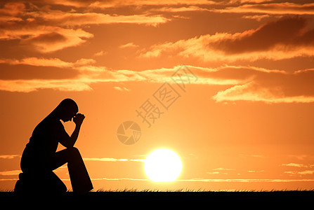 夕阳下坐着发愁的女士高清图片