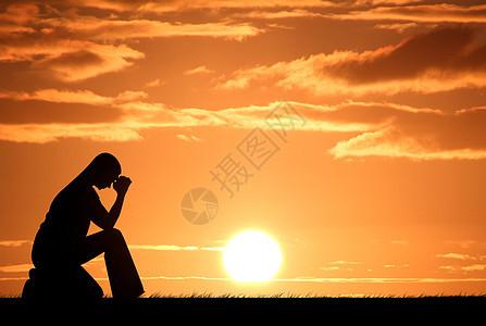 夕阳下坐着发愁的女士图片