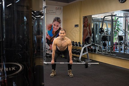 男性健身房运动锻炼图片