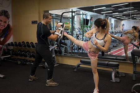 健身运动教练指导动作图片