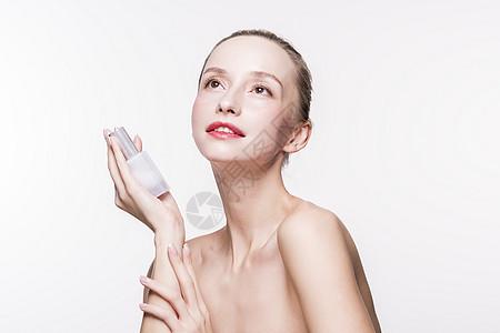 外国美女化妆品展示动作图片