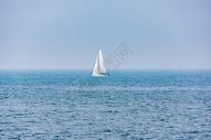 大海上白色帆船图片
