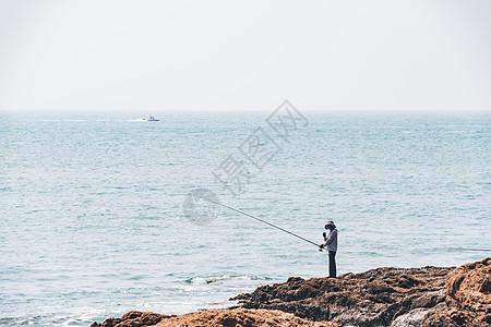 海边钓鱼的人图片