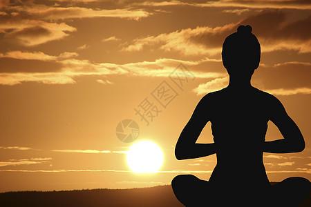 日出做瑜伽的女孩图片