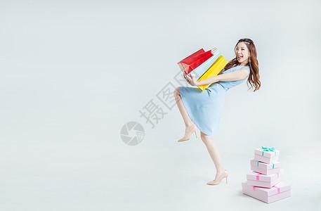 时尚女性手拎购物袋棚拍图片