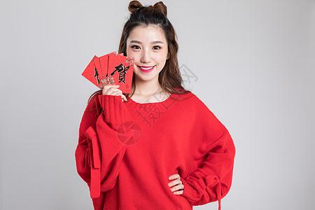 红色毛衣的可爱女生发红包图片