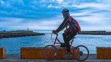 台湾海边的骑行者图片