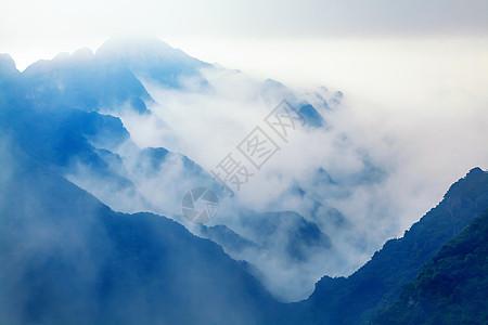云雾迷漫山脉图片