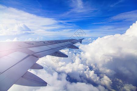 飞机起飞机翼下的云层图片