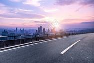 夕阳城市公路背景图片