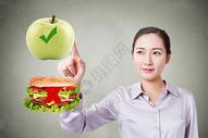 女性选择健康食品图片