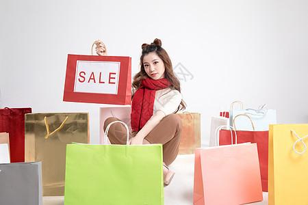 提着购物袋展示的年轻美女图片