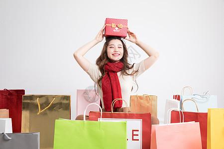 购物狂欢拿着礼盒的美女图片