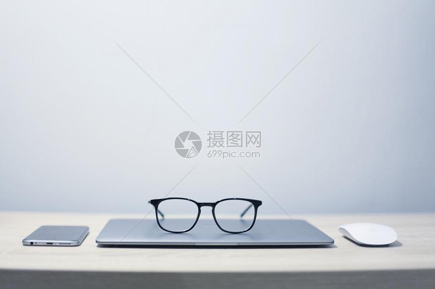 办公桌上的办公用品图片
