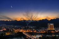 城市夜景日落月亮图片