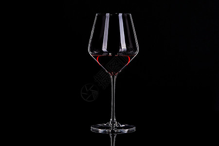 酒杯 黑底图图片