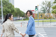 情侣牵手过马路图片