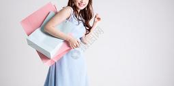 手提购物袋的开心女性图片
