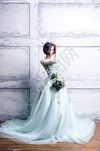 手持花朵的长裙美女图片