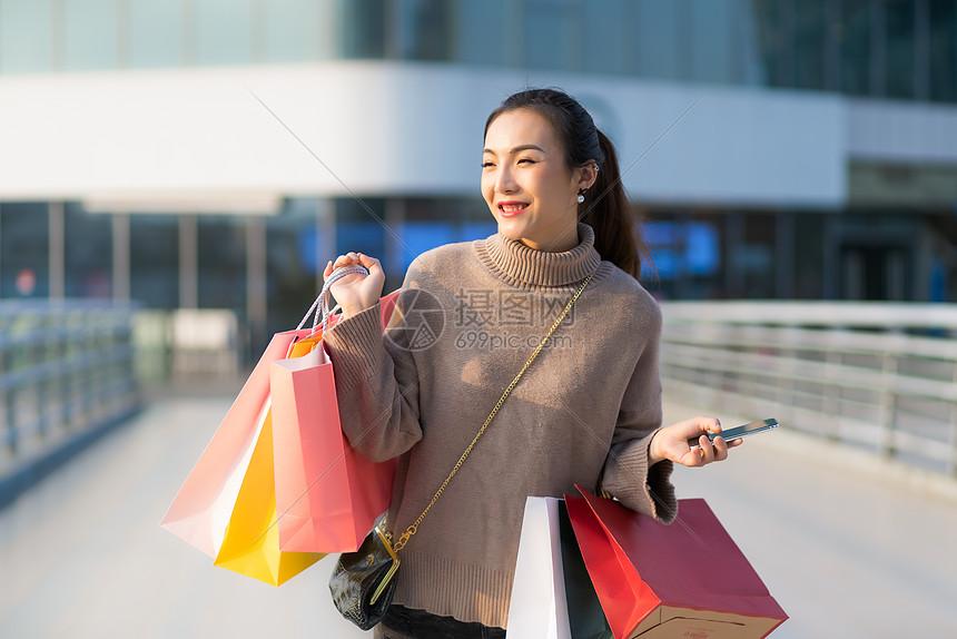 女性手提购物袋消费图片