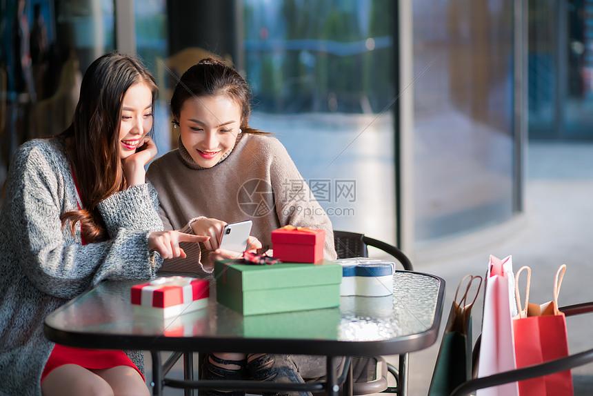 女性商业中心购物图片