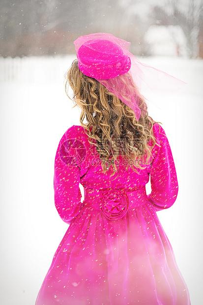雪地的女孩图片