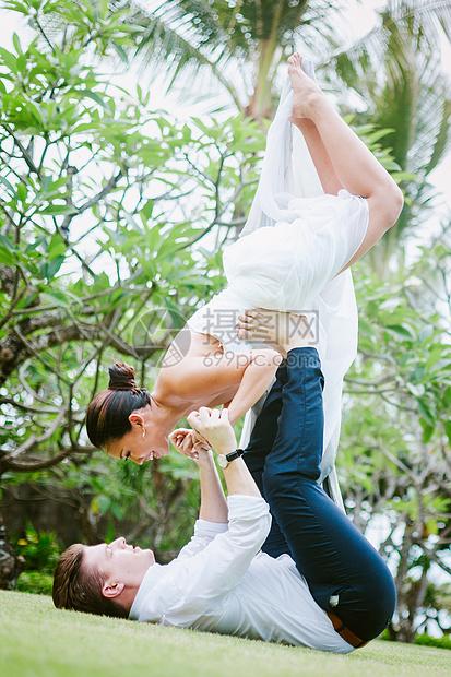 夫妻双人瑜伽图片