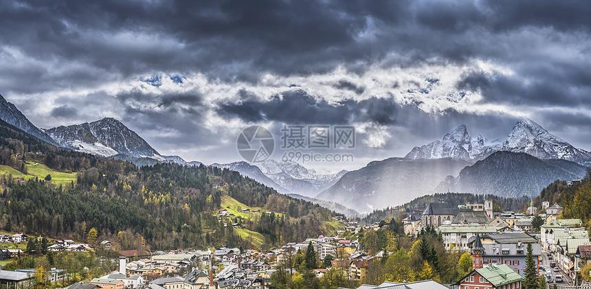 山下的山村图片