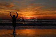 夕阳海滩上的女人剪影图片