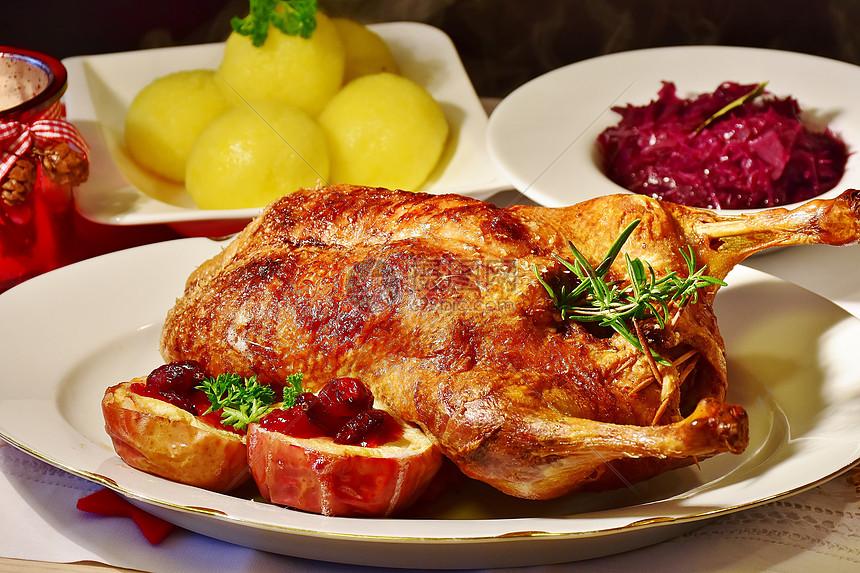 餐桌上的烤鸡图片