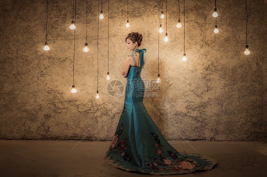 灯光下穿长礼服的女人图片