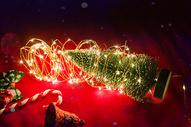 温馨圣诞节倾倒的圣诞树图片