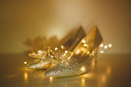 灯光下的水晶鞋图片