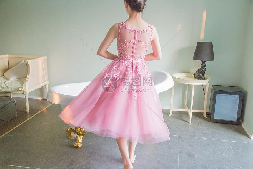 穿粉色礼服的女生背影
