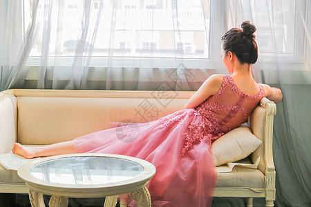 坐在沙发上的优雅女生背影图片