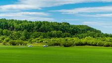 内蒙古呼伦贝尔草原上汽车驰骋图片