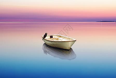 平静湖泊上的小船图片