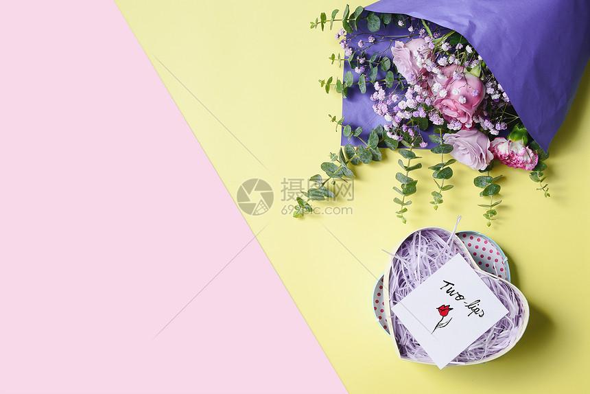 鲜花和礼物撞色静物背景图片