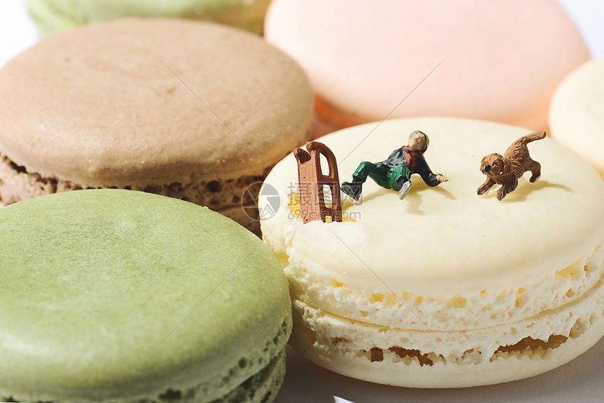马卡龙甜点上的创意微观玩偶图片