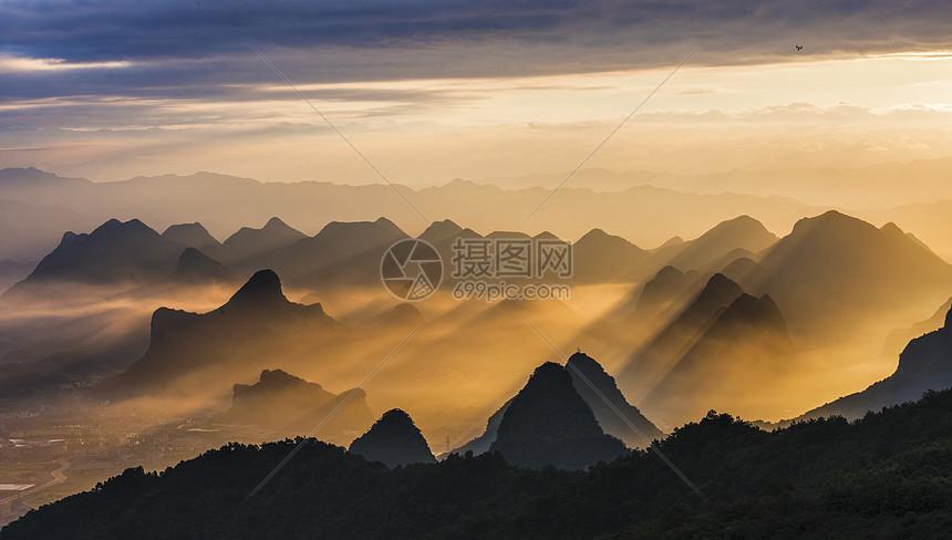 耶稣之光下的桂林山水剪影图片